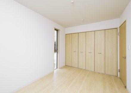 名古屋市緑区の戸建賃貸住宅の壁一面に収納のある洋室