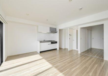 名古屋市西区の賃貸マンションの広々とした洋室とつながるLDK