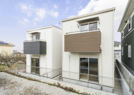 名古屋市緑区の戸建賃貸住宅の2階バルコニーの色が異なる外観デザイン