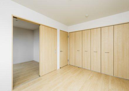 名古屋市緑区の戸建賃貸住宅のナチュラルテイストのたっぷり収納付きの洋室