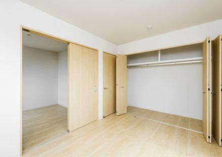 名古屋市緑区の戸建賃貸住宅のハンガーパイプの付いたクローゼット