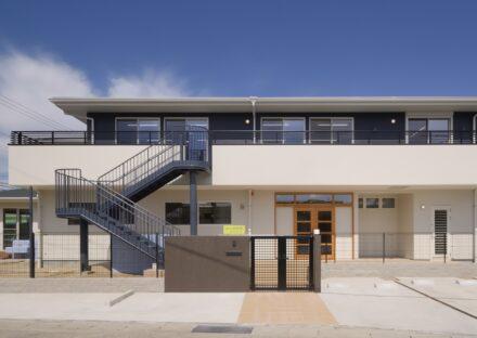 名古屋市中川区のモダンなデザインの屋外階段のある保育園