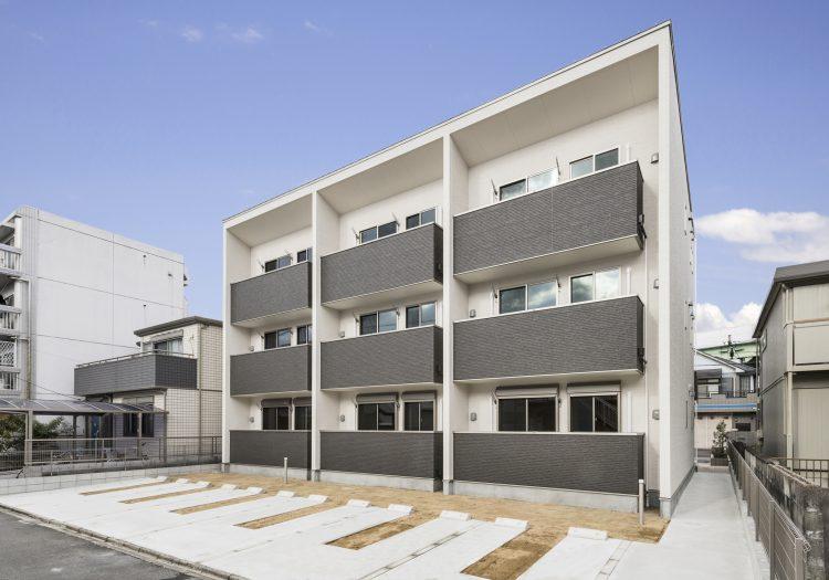 名古屋市中村区の木造3階建賃貸アパートの裏側の平置き駐車場