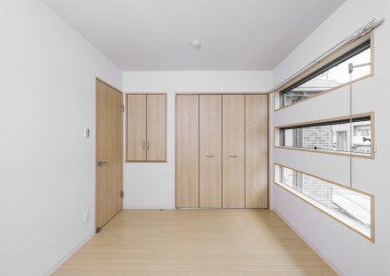 名古屋市中川区のメゾネット賃貸アパートの3段の窓が特徴の収納付き洋室