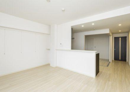 名古屋市名東区の賃貸マンションのキッチンとドアの色がアクセントのLDK
