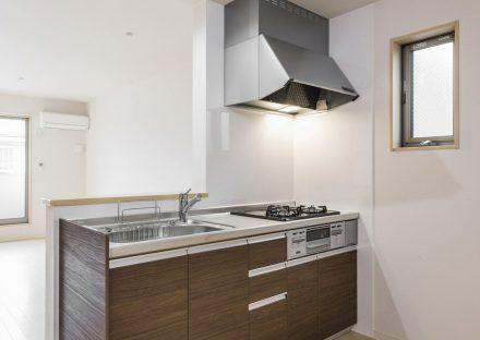 名古屋市中村区の木造3階建賃貸アパートのガスコンロ付き明るいオープンキッチン