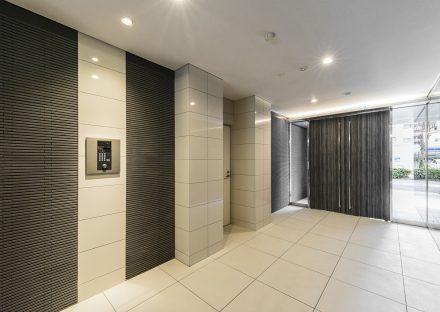 名古屋市名東区の賃貸マンションのモノトーンの高級感あるエントランスホール