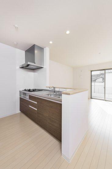 名古屋市中川区のメゾネット賃貸アパートの調理スペースのある明るいオープンキッチン