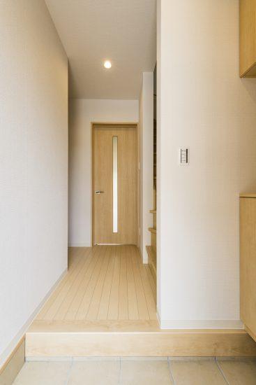 名古屋市中川区のメゾネット賃貸アパートのナチュラルテイストな飾り棚付き玄関