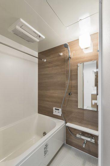 名古屋市中村区の木造3階建賃貸アパートの浴室乾燥機付きの広々としたバスルーム