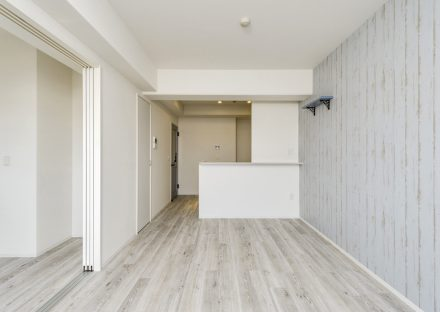 名古屋市中村区の賃貸マンションの壁も床もアンティーク調のLDK