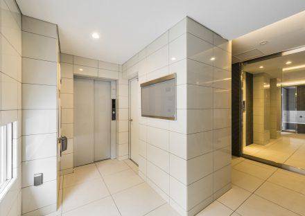 名古屋市名東区の賃貸マンションの大判タイルの明るいエレベーターホール