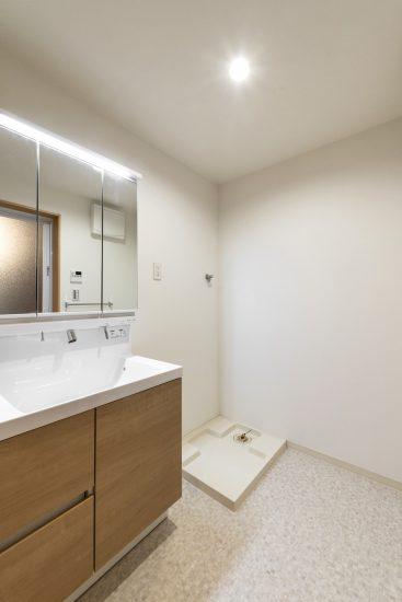 名古屋市中村区の木造3階建賃貸アパートのシンプルな洗面室