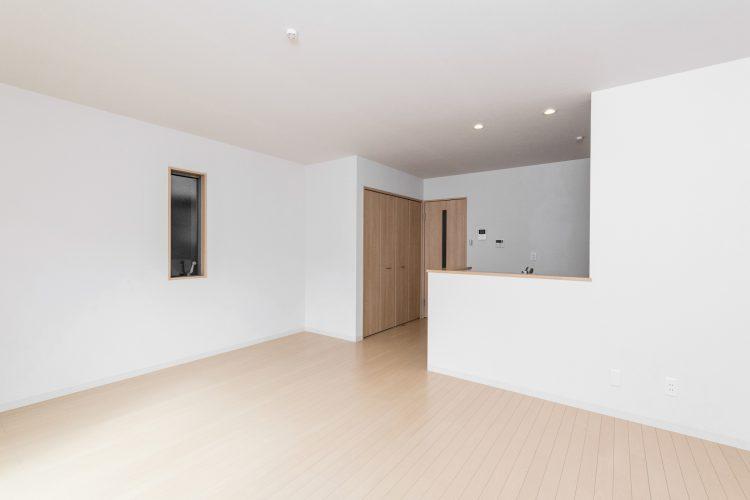 名古屋市中川区のメゾネット賃貸アパートの木目調の床と白い壁のシンプルなLDK