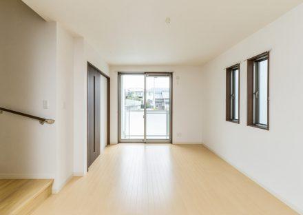 愛知県長久手市のメゾネット賃貸アパートのナチュラルカラーのリビングダイニング