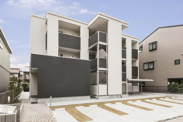名古屋市中村区の木造3階建てアパート 平置き駐車場