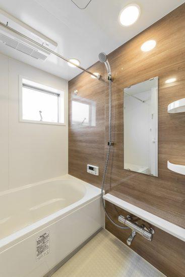名古屋市中川区のメゾネット賃貸アパートの窓付き広々としたバスルーム