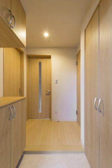 名古屋市中村区の木造3階建賃貸アパートの飾り棚付きのナチュラルテイストな玄関