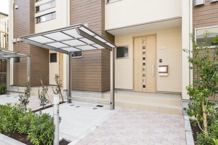 名古屋市中川区のメゾネット賃貸アパートの植栽のあるエントランスと屋根付きの駐輪場