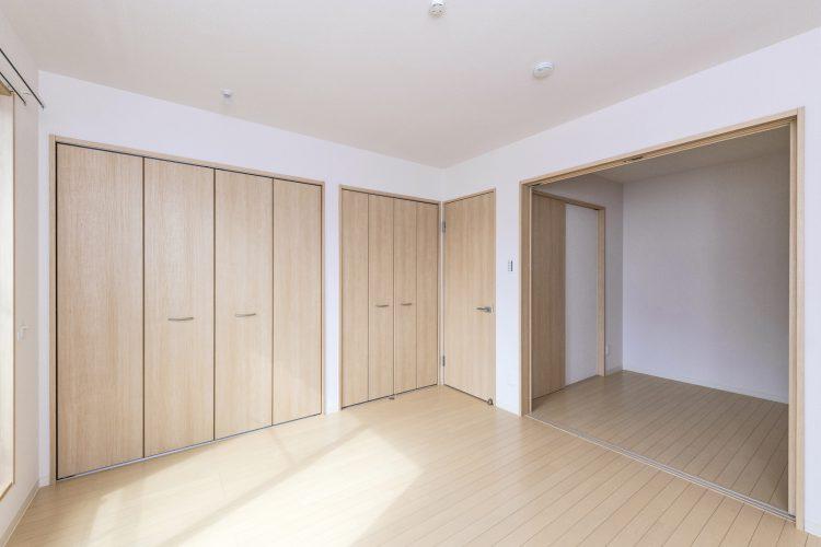 名古屋市中川区のメゾネット賃貸アパートのナチュラルテイスト収納付き洋室