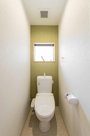名古屋市中川区のメゾネット賃貸アパートの緑のアクセントクロスの付いたおしゃれな窓付きトイレ
