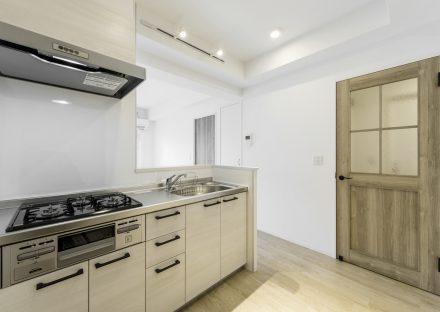 名古屋市中村区の賃貸マンションのアンティーク調ドアがあるのキッチン