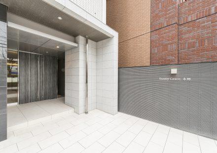 名古屋市名東区の賃貸マンションの扉が重厚感があり高級感あるエントランス