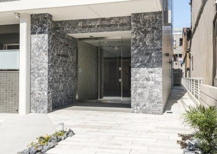 名古屋市中村区の賃貸マンションンの高級感のある壁に囲まれたエントランス