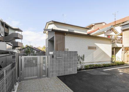名古屋市南区の注文住宅の玄関と建物外観デザイン