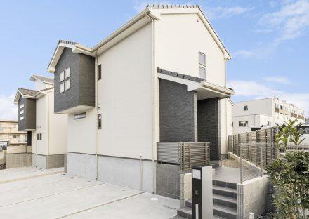 名古屋市名東区の戸建賃貸住宅の駐車場から階段を通る玄関アプローチ