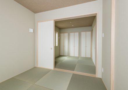 名古屋市南区の注文住宅の2間続きのヘリなし畳のモダンな和室の写真