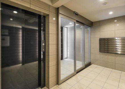名古屋市中村区の賃貸マンションのすっきりとしたデザインのメールボックスがあるエレベーターホール