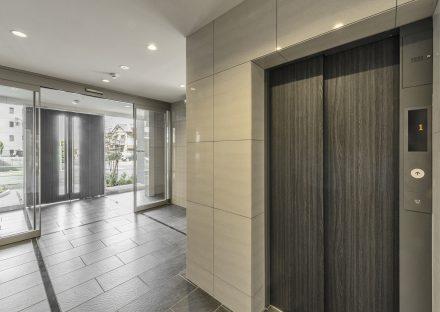名古屋市天白区の賃貸マンションの落ち着いた色合いのエレベータホール