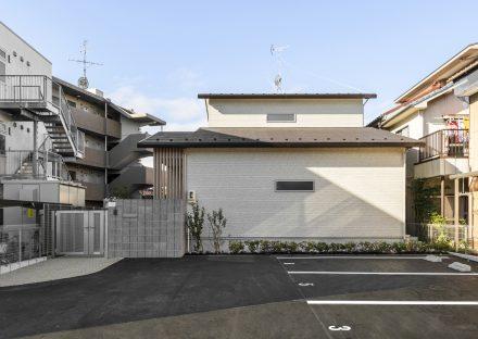 名古屋市南区の駐車場の奥にある注文住宅の外観デザイン