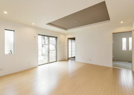 名古屋市南区の注文住宅の折り上げ天井のある明るいLDK&和室