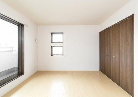 名古屋市名東区の戸建賃貸住宅の二つ並んだ窓がある収納付き2階洋室