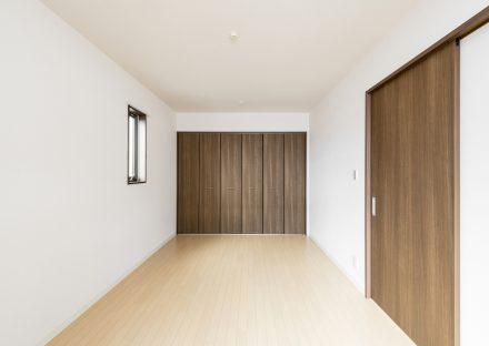 名古屋市名東区の戸建賃貸住宅の壁1面にクローゼットの付いた洋室