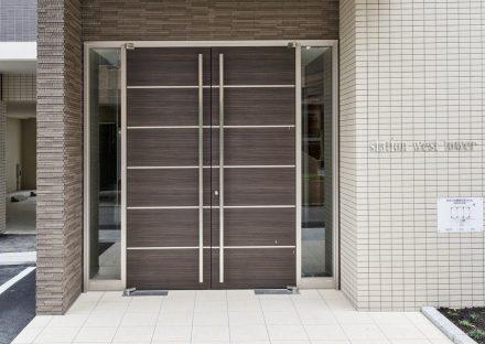 名古屋市中村区の賃貸マンションの大きな両開き戸のエントランス