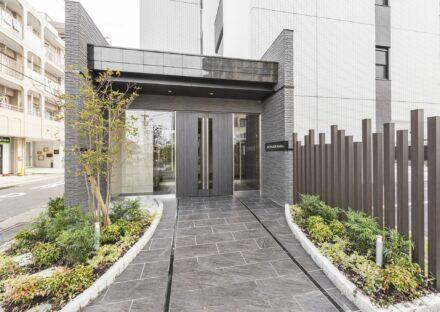 名古屋市天白区の賃貸マンションの両側に植栽のあるエントランス