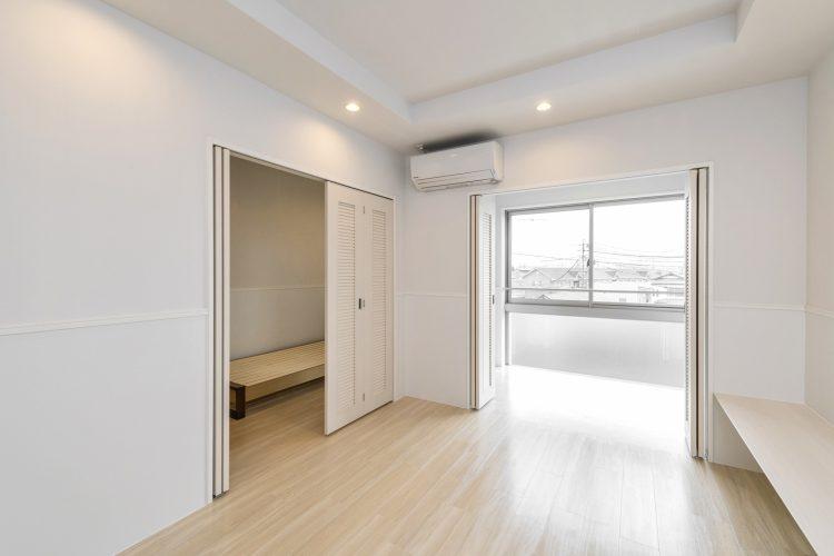 愛知県小牧市の賃貸マンションの洋室と明るいサンルーム