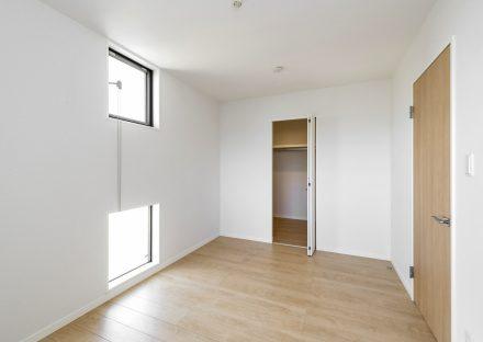 愛知県あま市の戸建賃貸住宅の上下2か所に窓のあるウォークインクローゼット付き洋室