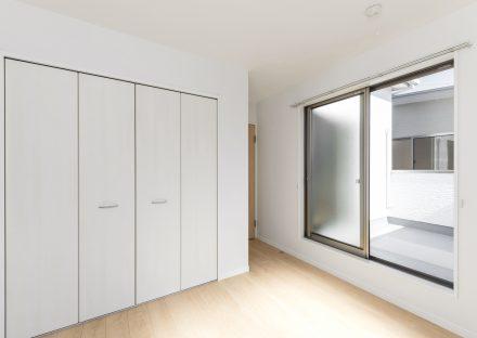 愛知県あま市の戸建賃貸住宅のバルコニー付きのナチュラルカラーの洋室