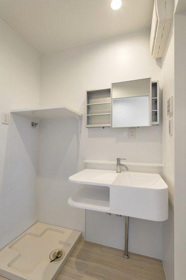 愛知県小牧市の賃貸マンションの棚付きのおしゃれな洗面室