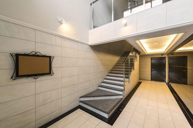 愛知県小牧市の賃貸マンションのおしゃれにデザインされたエントランスホール