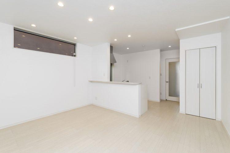 名古屋市瑞穂区の賃貸アパートの収納付きの白を基調としたLDK