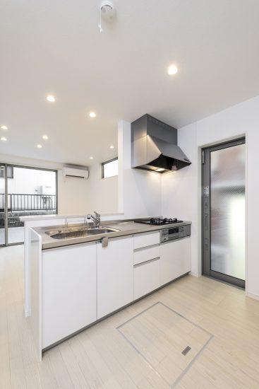 名古屋市瑞穂区の賃貸アパートの明るいオープンキッチン 床下収納付き