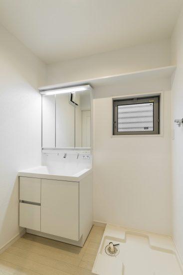 名古屋市瑞穂区の賃貸アパートの窓と収納棚付きの洗面室