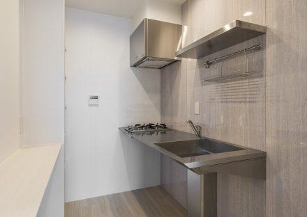 愛知県小牧市の賃貸マンションのシンプルにデザインされたキッチン