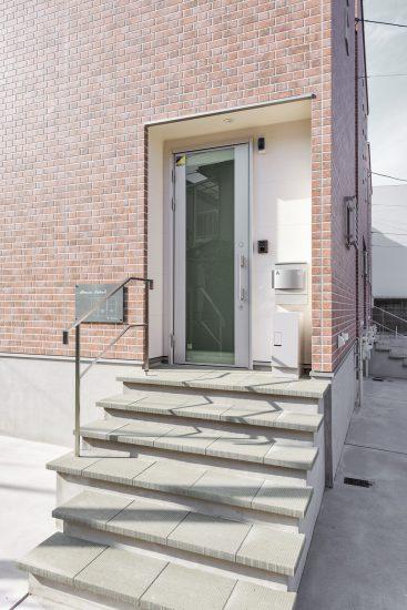 名古屋市瑞穂区の賃貸アパートのレンガ調のヴィンテージなデザインの玄関