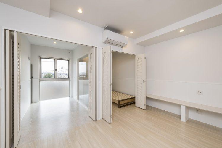 愛知県小牧市の賃貸マンションのエアコン付きの洋室とサンルーム